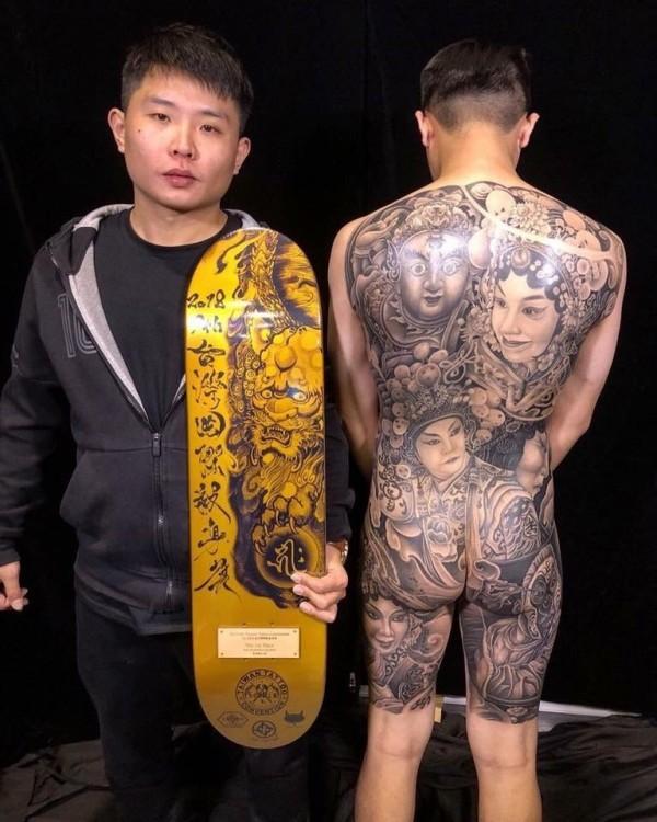 在刺青比賽「新傳統黑白大圖」組拿下冠軍的刺青師傅黃彥維,藉喜、怒、哀、樂四種臉譜,加上歌仔戲的戲神「田都元帥」,描繪人生各種情緒展現。(雜客入墨提供)