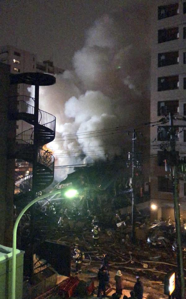 2層樓高的建築物倒塌傾斜,碎玻璃散落四周。(歐新社)