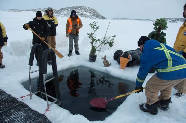 研究站人员将厚冰层挖出一个小水池。(法新社)