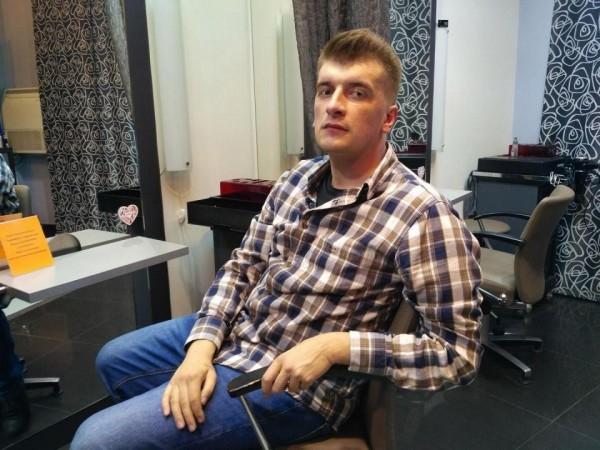 查俄羅斯僱傭兵在敘利亞身亡的俄國調查記者波洛丁(Maxim Borodin),日前從自家5樓公寓墜樓身亡。(圖取自《THE SUN》)