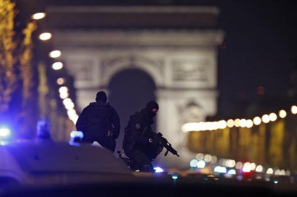 香榭麗舍大道上派出警力戒備。法國當局表示,目前還不清楚此一事件是否涉及恐怖襲擊。(路透)