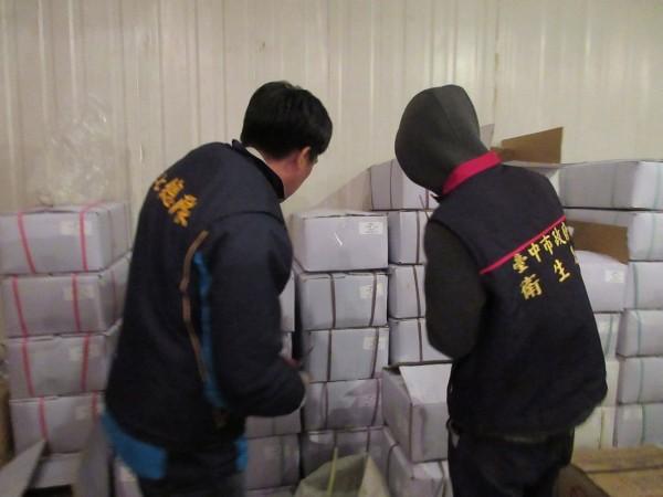中市衛生局會同檢調,於南屯區「宏碩海產公司」租賃的冷凍倉儲查獲逾萬斤過期冷凍鮑魚。(衛生局提供)