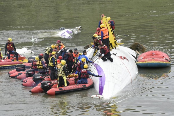 現場有救難人員正進行搜救。(記者陳志曲攝)