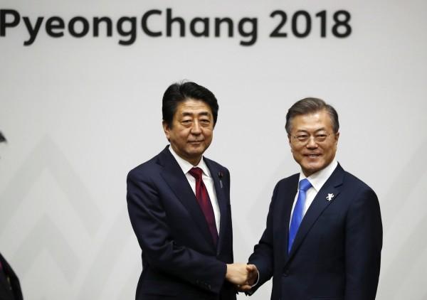日本首相安倍晉三(圖左)今日至南韓平昌參加冬奧開幕式,下午與南韓總統文在寅(圖右)進行領袖會談,會談中提及慰安婦議題與兩國未來的關係。(歐新社)