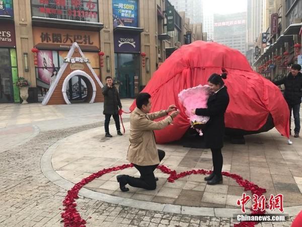 劉飛買下隕石向女友求婚。(圖擷取自中新網)