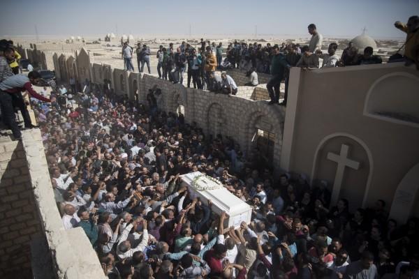 大批科普特基督徒紛紛抬著殉道者的棺木表示哀悼。(歐新社)