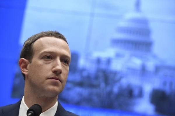 為了規避歐盟新「資料保護規範」,臉書下月將遷移15億用戶資料至美國。臉書創辦人、CEO札克柏格說,他的公司將在「精神上」符合歐盟規範。(法新社資料照)