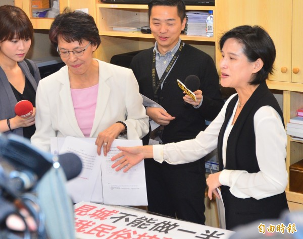 國民黨黃昭順(左)邀請文化部長鄭麗君(右)到辦公室,表示願為「語文不夠清楚」說聲抱歉,但仍堅持要表達不滿,鄭麗君則是主動趨前握手,黃昭順還往後退,繼續表達她對「見城計畫」不滿。(記者王藝菘攝)