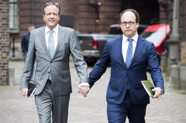 荷蘭政黨D66的黨魁佩赫托德(左)響應「牽手照」運動,和同黨黨員牽手出席會議。(法新社)