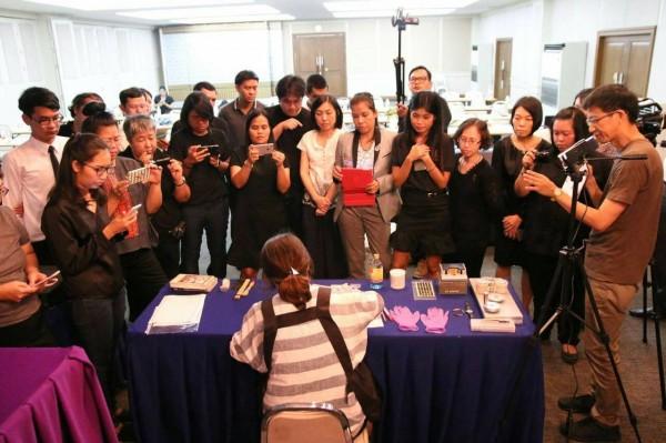 台南藝術大學團隊助理教授吳永毅、曾吉賢、易璇小姐示範修復 VHS 錄影帶,觀摩學員皆是在泰國負責相關檔案保存工作。(圖南藝大提供)