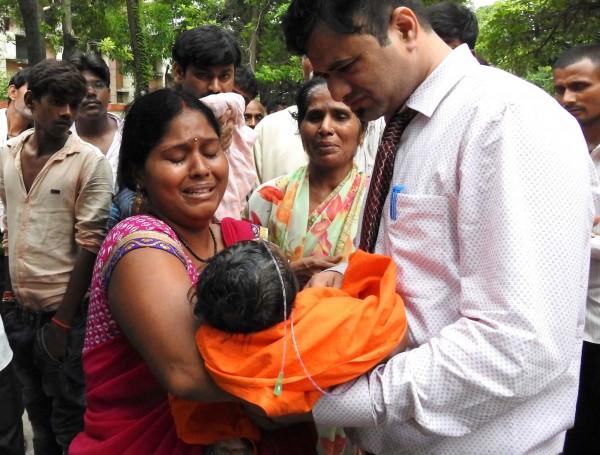 印度北方的一間醫院共有63名住院兒童,疑因氧氣供應不足而死亡。(法新社)