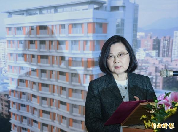 總統蔡英文今天視察松山健康公宅,她在致詞時表示,台灣價值除了台灣主體意識外,照顧年輕人的居住權利也是台灣價值。(記者廖振輝攝)