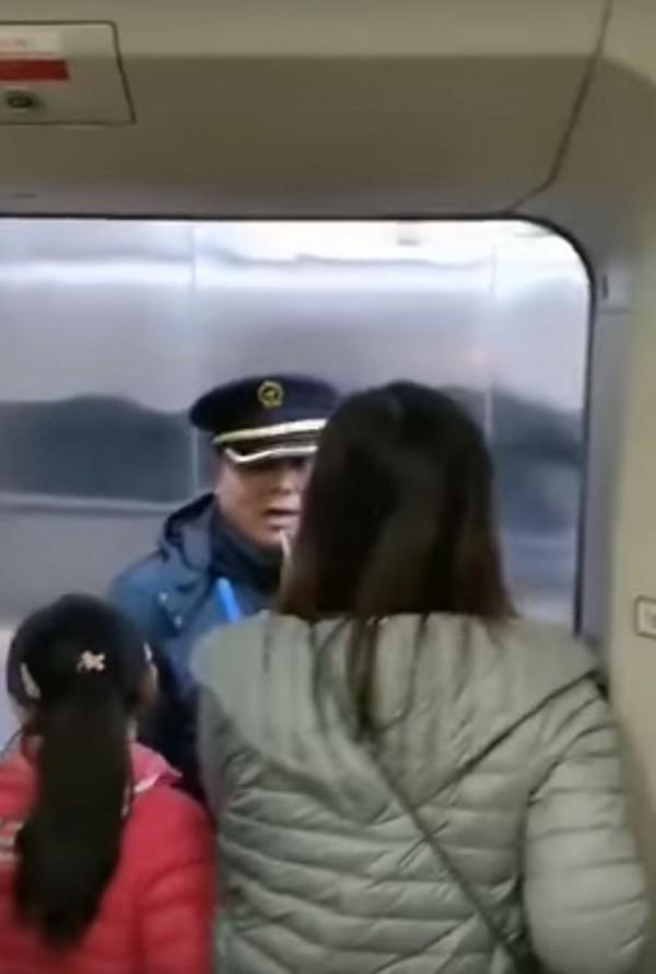 中國女教師(右)以一人之力,卡住中國高鐵的車門。(圖擷自YouTube)