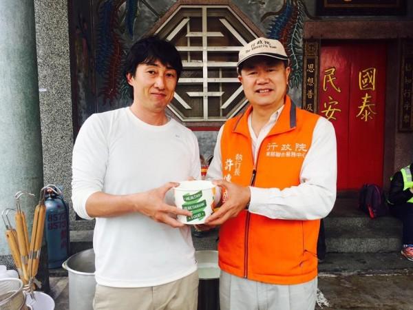 野崎孝男(左)帶員工趕夜車到花蓮災區,煮熱拉麵給救難人員想用。(圖擷自「Mr.拉麵」臉書粉專)