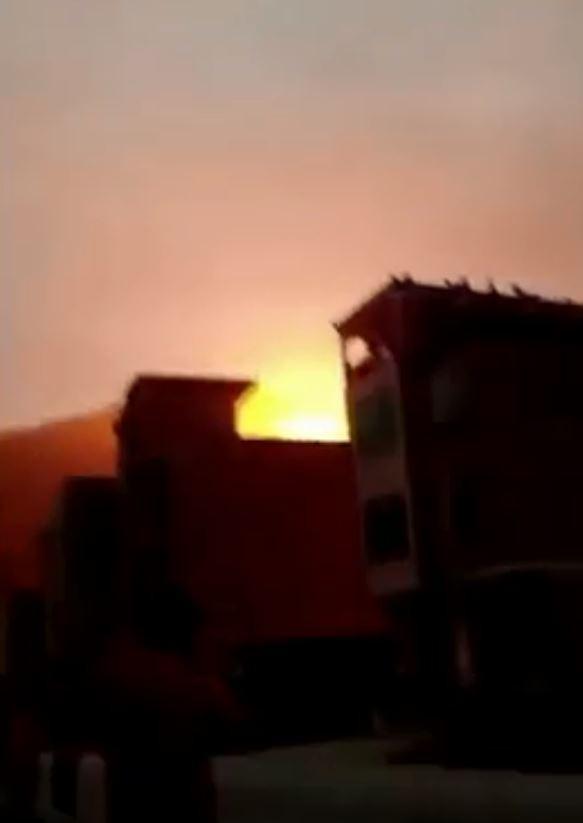 火箭助推器墜落爆炸引發火光。(圖擷自YouTube)