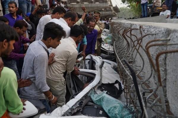 印度北方邦15日驚傳一座正在興建的高架橋,部分橋面突然倒塌,造成至少18人死亡,以及50多人被埋在瓦礫中。(歐新社)