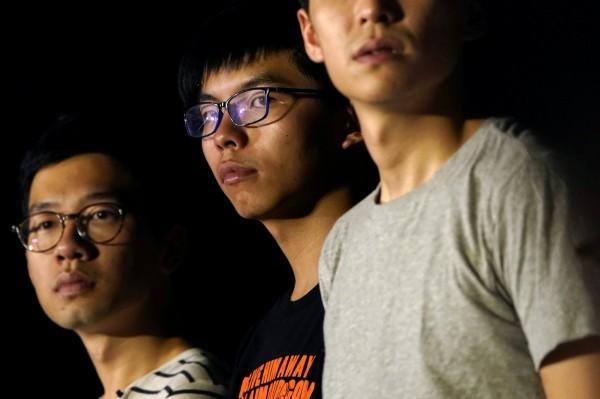 台北律師公會今聲援3人,呼籲中國、香港政府,應給予公民不服從的行為最大的包容,勿讓司法體系成為打壓人權的工具。 圖為黃之鋒等3名學運領袖。(路透)
