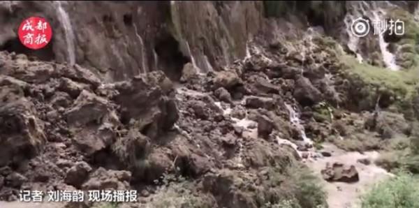 清潭變成一池泥水,坍方現場泥濘不堪。(圖擷取自成都商報微博影片)。
