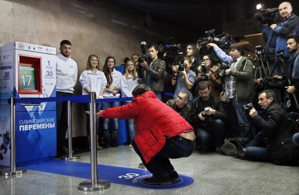 莫斯科当局2013年为鼓励市民运动,在地铁站推出「深蹲30下换免费车票」活动。(欧新社)