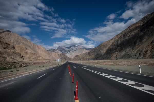 中国四川省宜宾新市至攀枝花沿江高速公路,全长452公里,每公里约近2亿元人民币(约新台币9亿元),为中国目前投资规模最大的单一高速公路。(法新社)