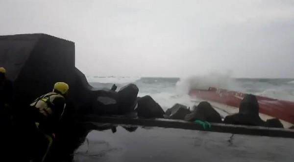 新北市瑞芳區南雅漁港附近,傳出漁船「勝福6號」觸礁側翻,警消人員獲報後立刻趕往救援。(民眾提供)