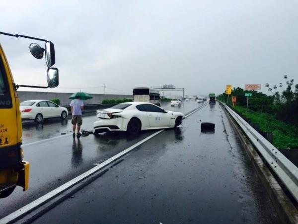 網友po出舊照片指稱拍攝地點是在中山高北上269公里處,還指畫面中撐傘的就是「小車神」游瀚甯。(圖取自爆料公社)