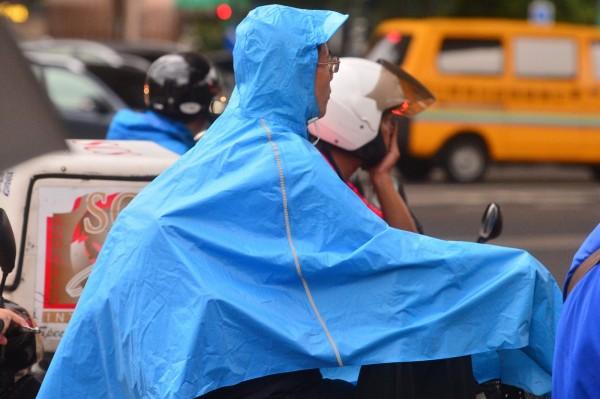 中央氣象局預報員張承傳表示,隨著泰利颱風逐漸遠去,若路徑上無待大變化,預計今晚8點半解除海上颱風警報。(資料照,記者王藝菘攝)