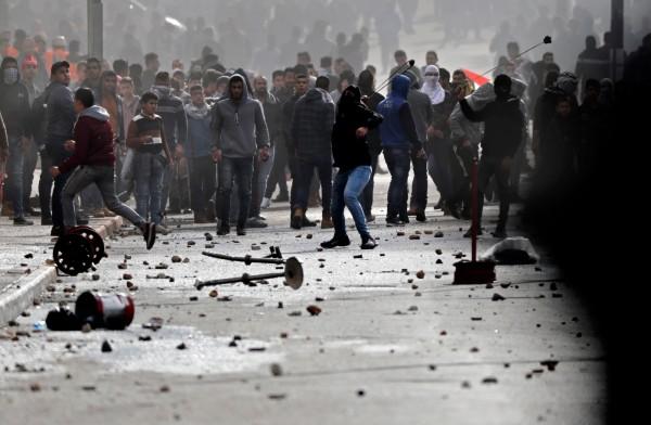 伯利恆地區的巴勒斯坦人民,使用石塊等物品與以色列軍方發生衝突。(法新社)