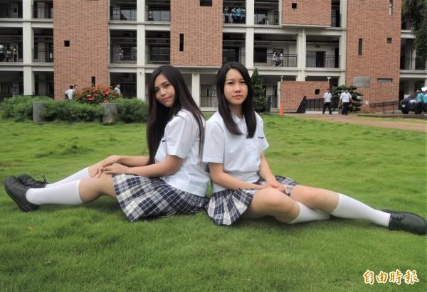 女生小圓領上衣配深藍色百褶裙、白色長筒襪,款式20年不退流行(記者劉婉君攝)