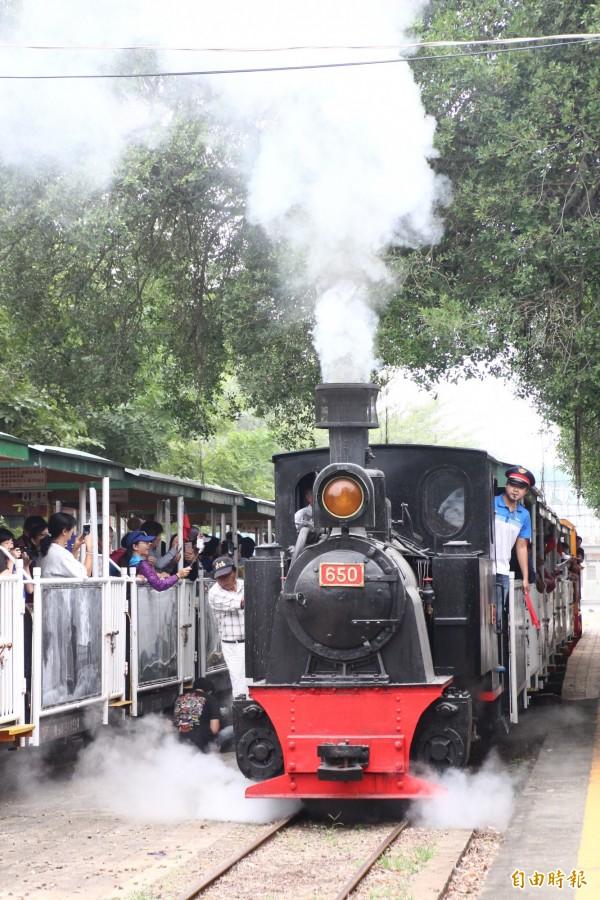 650號蒸汽火車採鍋爐燃煤為動力,在台灣已少見。(記者林宜樟攝)