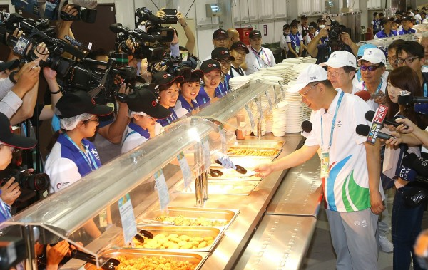 Taipei Mayor Ko Wen-je, front right, yesterday dines at the Universiade Athletes' Village restaurant in New Taipei City's Linkou District at its official opening. Photo: CNA