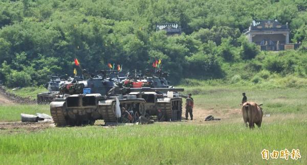 三軍聯訓基地的噪音擾人,日前居民「放牛吃草」進營區抗議。(資料照,記者陳彥廷攝)