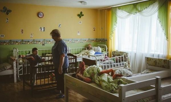 院方卻聲稱有給予這些兒童足夠的營養及醫療,還指稱這些兒童是因身體或心理問題才面黃肌瘦。(圖擷自衛報)