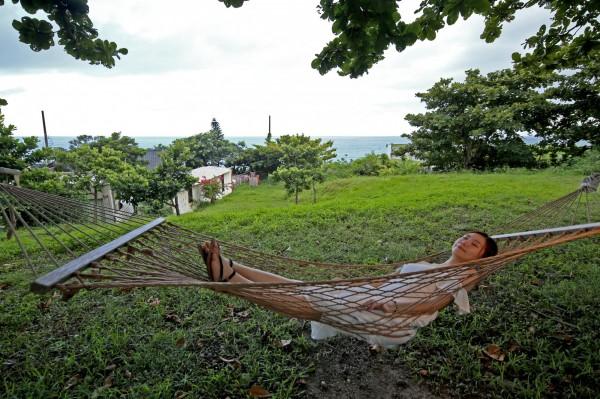 樹上的吊床對過慣都市生活的現代人來說是奢華的享受,讓人忍不住想躺在上面慵懶一下午。(記者臺大翔攝)