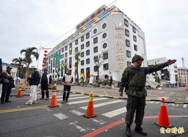 花蓮在過年前遇上強震,觀光恐遭到重創。圖為塌陷的統帥大飯店。(記者羅沛德攝)