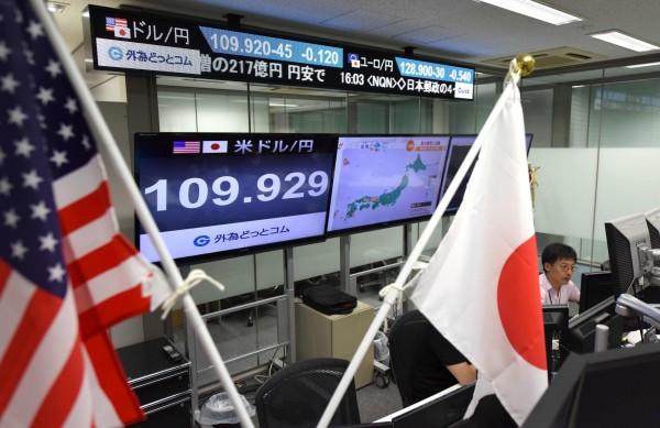 《共同社》調查,高達7成大型日企業對今年底經濟情勢表示樂觀。圖為東京外匯交易(法新社)