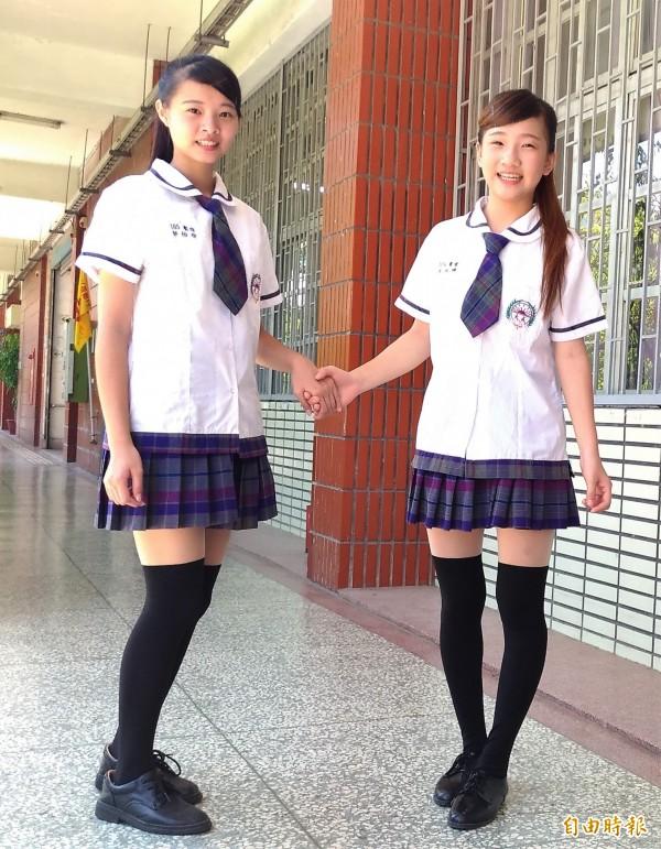 大成商工女生夏季制服,白色滾邊上衣搭配紫藍色蘇格蘭百褶裙和同色系小領帶,光鮮亮麗。(記者廖淑玲攝)
