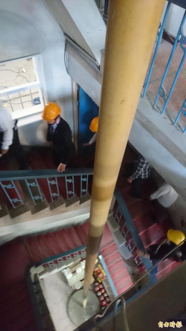 台南合同廳舍中央高塔瞭望台3樓直抵1樓的滑桿。(記者劉婉君攝)