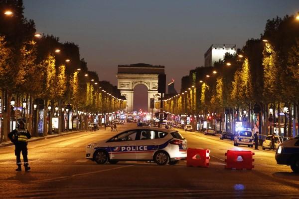 法國首都巴黎市中心知名的香榭麗舍大道,今晚驚傳槍擊案,香榭大道凱旋門的路上,布滿警力戒備。(美聯社)