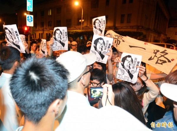 黑色島國青年陣線等年輕人31日晚間為抗議申請亞投行,晚間試圖衝撞總統府,隨即被憲兵及維安人員攔阻。(記者王藝菘攝)