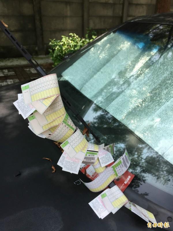高市去年多達38萬多筆停車費未繳,有些車主雨刷掛滿停車繳費單不繳,形同停霸王車位,市府將加強催收。(記者黃良傑攝)