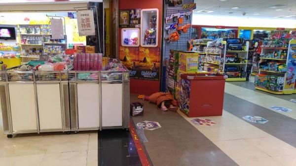女童就這樣躺在百貨公司地上動也不動,嚇壞顧客及店員。(擷取自爆料公社)