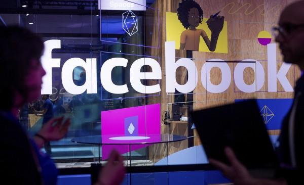 馬克祖克柏宣布,臉書將改寫運算模式,減少商業廣告、新聞出現的頻率,提高使用者與親友互動的機會。(美聯社)