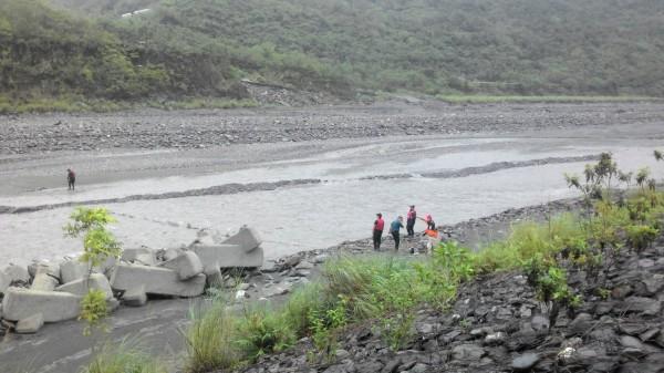 哈尤溪再傳意外,傳出一名71歲男子遭溪水沖走,現正搶救中。(屏東縣消防局提供)