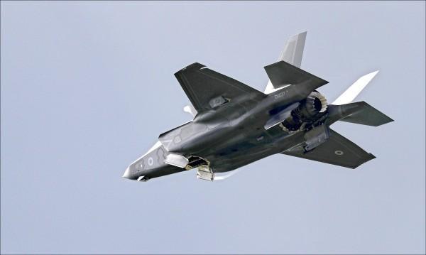 針對我國是否爭取F-35戰機,國防部長馮世寬昨在立院表示,我方可能在今年7月左右和美方充分溝通、表態,但也要美方同意。(法新社資料照)
