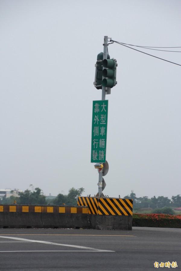 紅綠燈下方即為水泥基座。(記者陳彥廷攝)