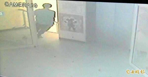 龔姓夜店活動公關,去年年初在夜店看到1名妙齡女子跟著男子進廁所,好奇尾隨進入,以手機偷拍2人廁所吹喇叭畫面,正當男子準備咬開手中保險套時,竟發現有人在偷拍,氣得將龔男手機拍落,台北地檢署今依妨害秘密罪起訴龔男,並向法院聲請簡易判決。(資料照)圖與本文無關