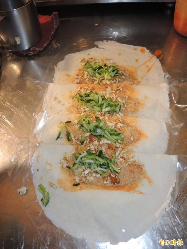 放入小黃瓜絲和豆干片。(記者翁聿煌攝)