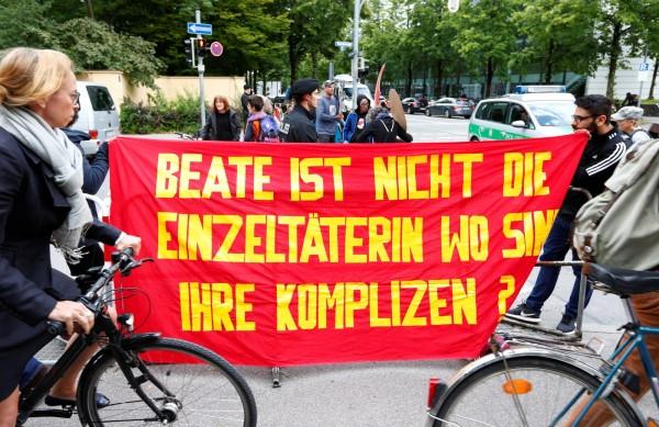抗議布條寫著「貝阿特不是唯一的兇手,其他的幫兇在哪?」(路透)