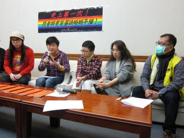 台灣伴侶權益推動聯盟今昭開記者會,呼籲朝野立委及法務部善盡職責,捍衛同志人權,並在法律層次拋開對同志的歧視與偏見。(圖擷自《社團法人台灣伴侶權益推動聯盟》臉書專頁)